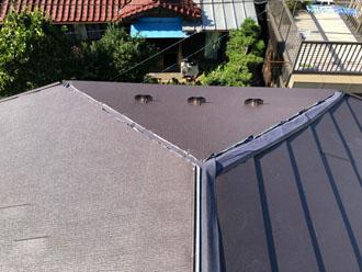 屋根材を上から覆う