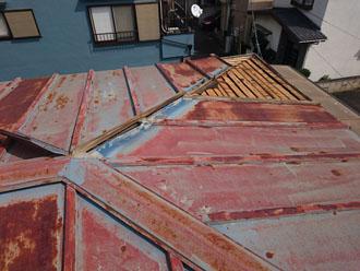 錆びた金属屋根