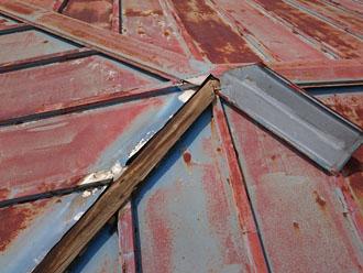 板金が剥がれて下地の木材が腐食している様子