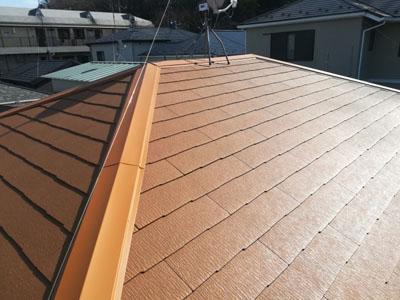 新しいスレートに葺き替えられた屋根