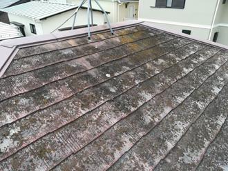 葺き替え前のコケだらけのスレート屋根