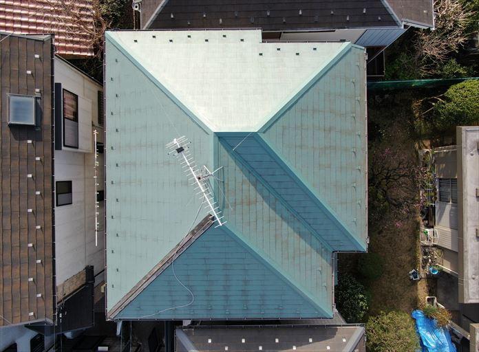 ドローンを飛行させて屋根全体を確認