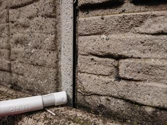 経年劣化によりシーリング材が外壁から剥がれてしまっており隙間が生じております