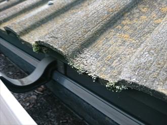 座間市入谷にて築20年程経過した屋根のセメント瓦は苔や雨水による傷みで雨漏りしておりました