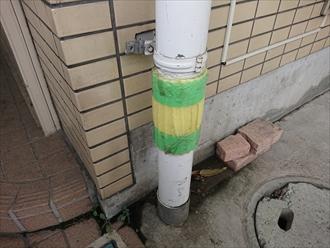 藤沢市鵠沼石上にてマンション駐車スペースにある竪樋を駐車中にぶつけてしまい破損、雨樋部分交換で修繕可能です
