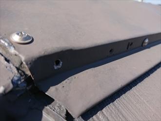 ビスを打ち直すのであれば既存の釘穴はコーキングなりで穴埋めをしておきませんと雨水が入り込んでしまい貫板の腐食に繋がります