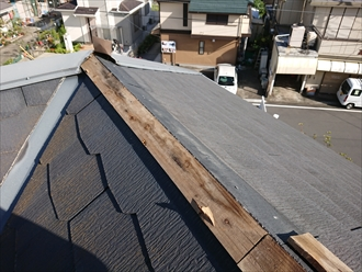 座間市さがみ野にて夜中に強風が吹いた翌日、屋根にあるはずの棟板金がお庭に落下しておりました