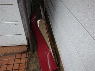 お隣との間の敷地に落ちていた棟板金