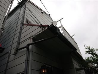 切妻でお隣との距離が近く梯子を架けられなかった為にバルコニーから屋根へ