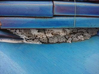 棟の漆喰が剥がれるとそこから雨水の侵入を許してしまい気づかぬままですと雨漏りに繋がります