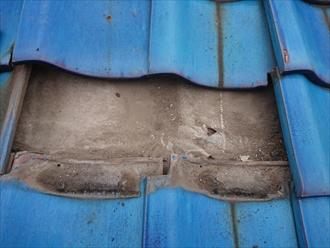 葉山町一色にて築30年経過した青緑の日本瓦葺き屋根、漆喰の剥がれは雨漏りに繋がりますので早めのメンテナンスが必要です