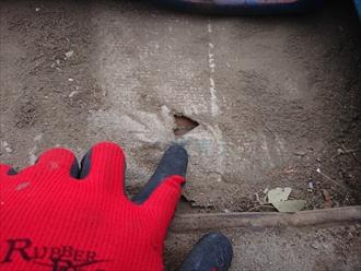 傷んだルーフィングの下には野地板が見えており、雨水や湿気や結露がルーフィングを突き抜け野地板に入り込んでしまう状態になっております