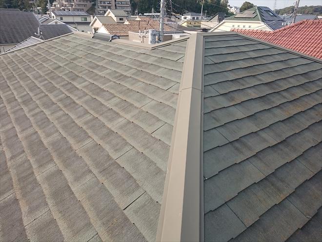 どの屋根面も雨水を吸いすぎて黒ずんでしまっている化粧スレート