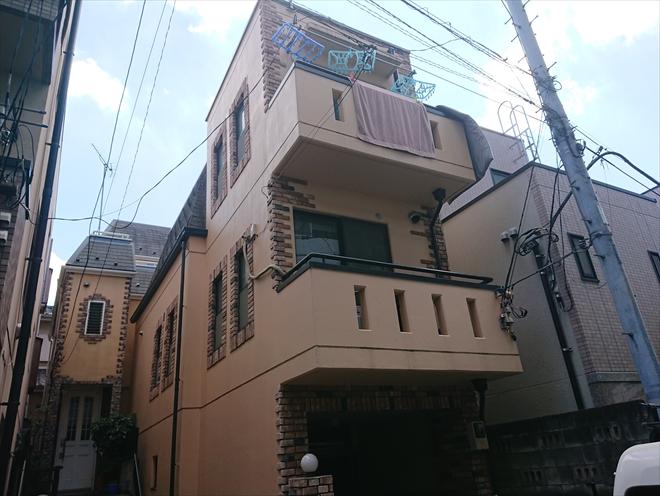 三階建て狭小地に建てられているお住まい