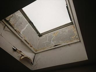 二階の居室から天井に設置されてあるトップライトを見上げた所