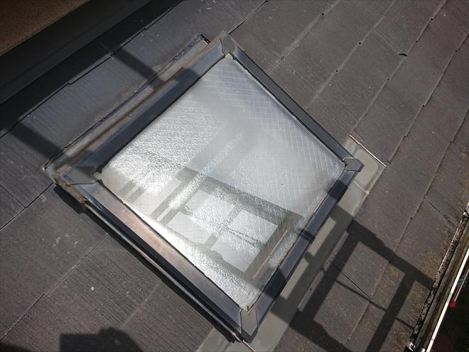 下屋根から見るとパッキンの劣化が激しい事がわかります