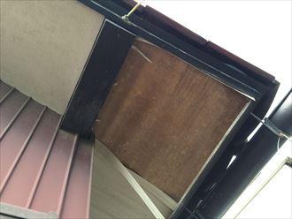 軒天のコーナーが剥がれ出している