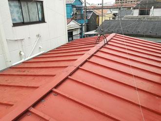 台風で一部が破損した瓦棒屋根