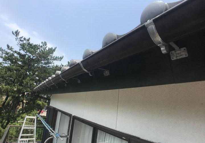 秦野市平沢にて経年劣化で錆びた雨樋の吊り金具の交換工事を実施