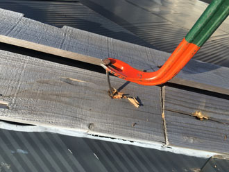 棟板金交換工事 貫板に刺さった釘を抜く