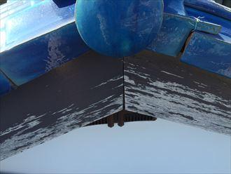 破風板の表面に塗られた塗膜が剥がれている