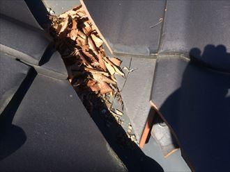 大和市下和田で瓦屋根の点検、谷に溜まった落ち葉や枯れ葉が雨漏りに繋がる危険性があります