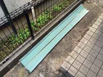 屋根から落下してきた棟板金