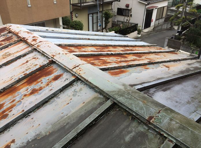 ボロボロに見える板金屋根