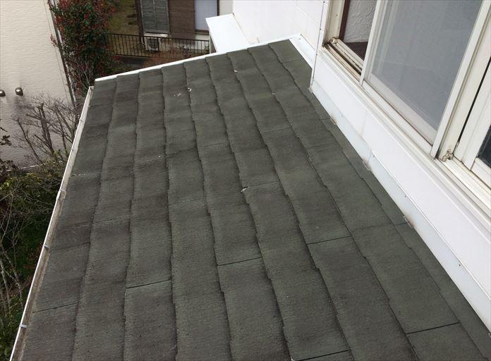 勾配の緩い屋根にスレートを使用している