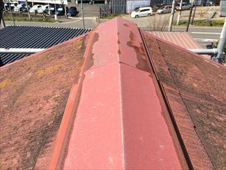棟板金の表面に起こっている変色は錆びです