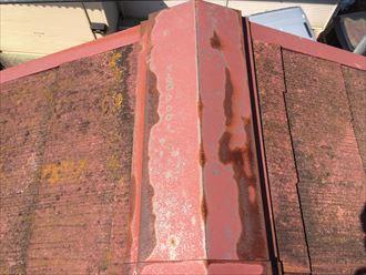 逗子市小坪で築年数の経過したスレート屋根を調査、棟板金が錆び出しておりました