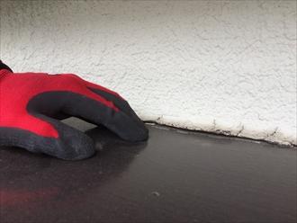 海老名市大谷北で雨漏りの発生、原因は霧除け庇と外壁の隙間にありました