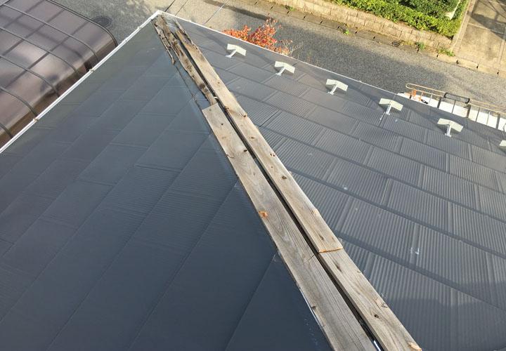 台風で棟板金が一部、飛散してしまったスレートの屋根