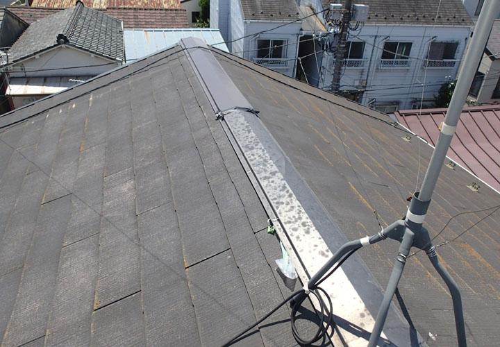 台風で棟板金が飛散してしまい、応急処置済みのスレート屋根