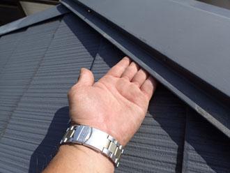 棟板金が浮いてしまい、屋根材との間に隙間ができてしまっている