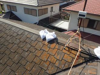 台風で破損し土嚢で養生されている棟板金
