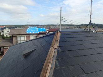 令和元年東日本台風の影響で棟板金が飛散し、アンテナが曲がってしまったスレート屋根