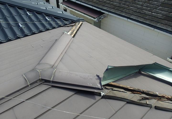 台風で破損してしまった棟板金
