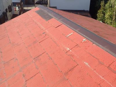 棟板金交換とスレート差し替えが行われたスレート屋根
