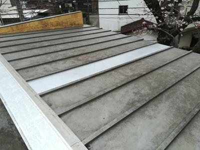 凹んだ部分に屋根カバー工事された瓦棒屋根