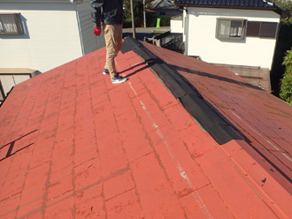 棟板金が剥がされた養生されたスレート屋根