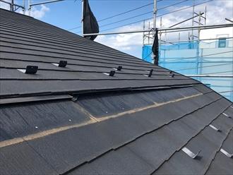 座間市ひばりが丘にてマンサード納めの屋根から化粧スレートが落下、面葺き直し工事にて復旧工事