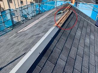 築10年前後でも立地や環境によっては棟板金内部にある貫板が腐食している所もございます