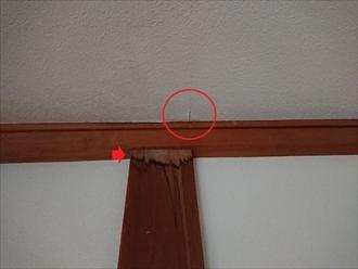 藤沢市湘南台にて室内天井に雨漏りの跡、バルコニー防水層の経年劣化と屋根塗装時の縁切り不足が原因です