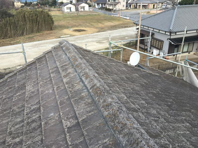 小田原市久野で落下しそうなケラバ瓦と固定が弱くなった棟瓦の取り直し