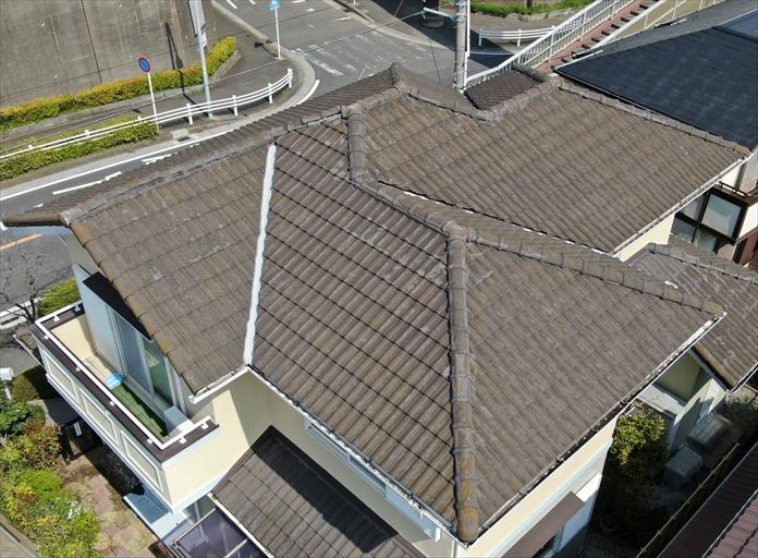 ドローンを使用してモニエル瓦の屋根を調査