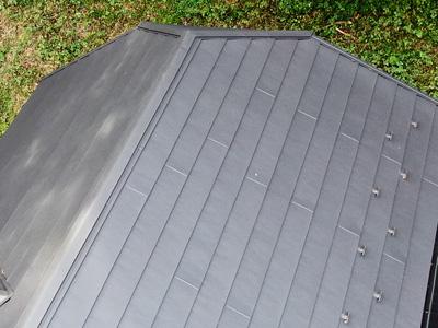 鎌倉市由比ガ浜にて築18年で塗膜が劣化した化粧スレートをスーパーガルテクトを使用した屋根カバー工法を行いました