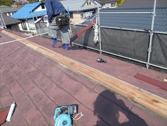 大和市渋谷で破損したスレート屋根の棟を、棟板金交換工事で解消します
