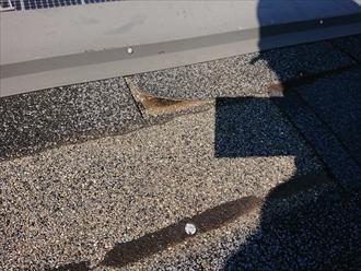 残っているシングル材も剥がれているところも多く強風がきたら飛散してしまいそうな様子