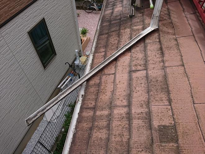 下屋根に垂れ下がってしまった軒樋
